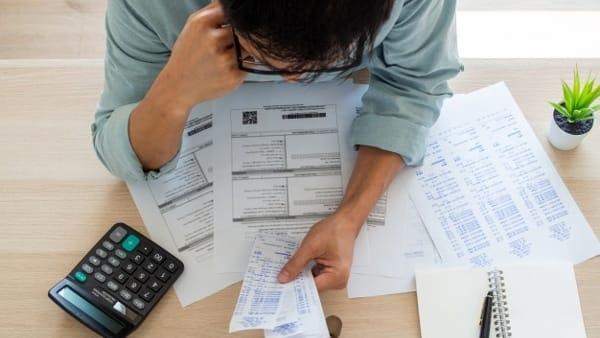 uomo-d-affari-con-preoccupazioni-finanziarie_112699-584-2